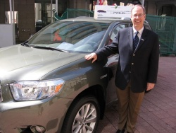 Toyota Canada Managing Director, Stephen Beatty, with the 2008 Highlander Hybrid