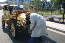 Jerry Chase demonstrates cranking his 1905 Stevens-Duryea