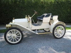 Harold McKendry's 1908 Model 10 is an American Buick, which is evident by its more plain body
