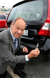Stephen Wallman, a retired employee of Volvo Car Corporation has received the Royal Swedish Automobile Club's gold medal for his work in the development of the three-way catalytic converter, controlled by an oxygen sensor.