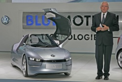 Dr. Ulrich Hackenberg, Member of the Board of Volkswagen Brand Technical Development, in front of the Volkswagen Concept Car L1