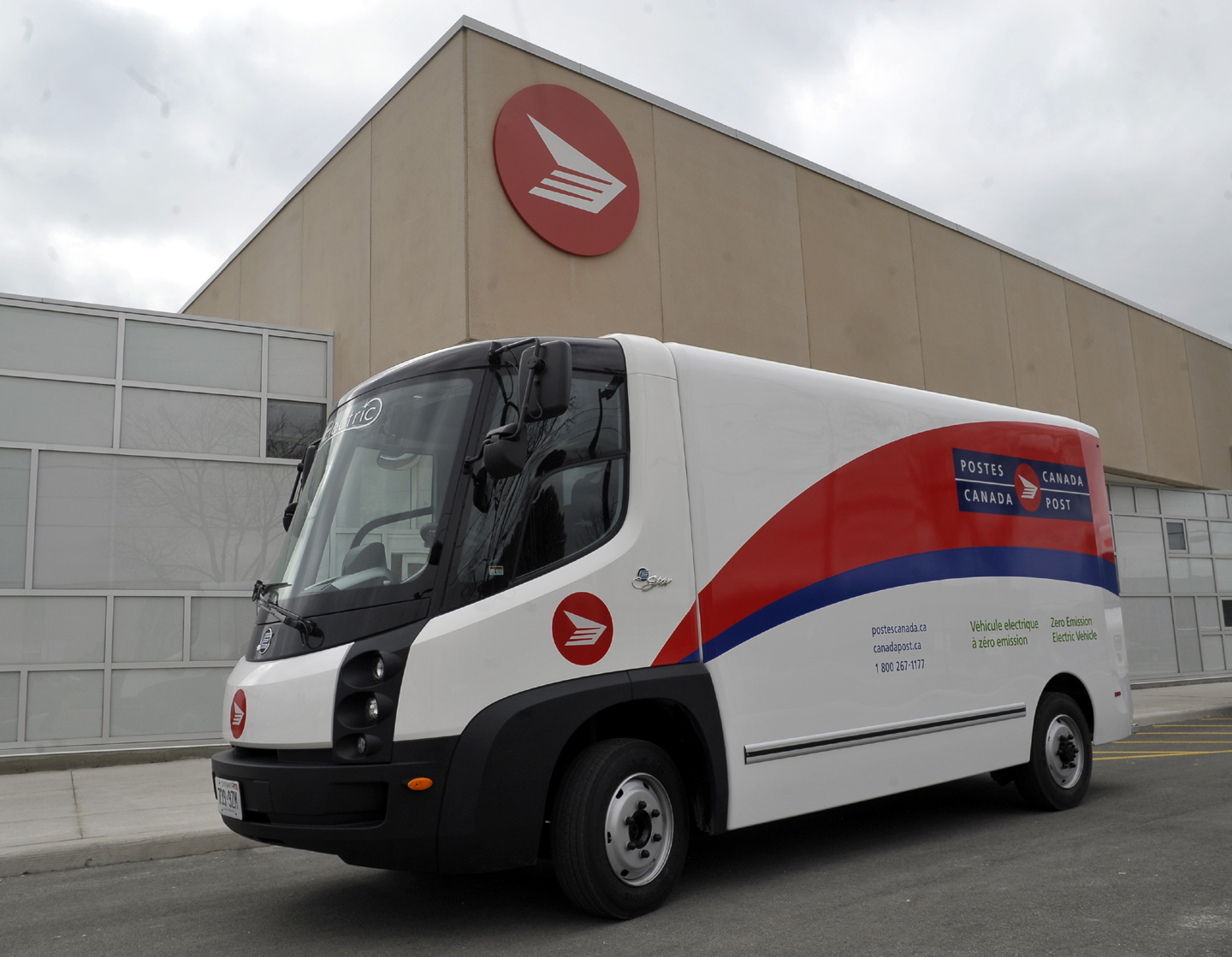 Canada Post\'s new all-eletric step truck - Autos.ca
