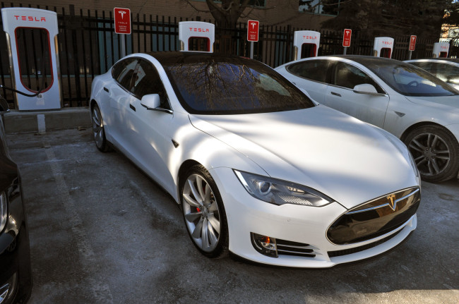 2015 Tesla Model S P85D vs 2015 BMW i8